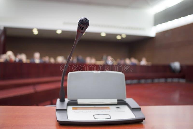 Mikrofon på domstolsbyggnaden royaltyfri bild