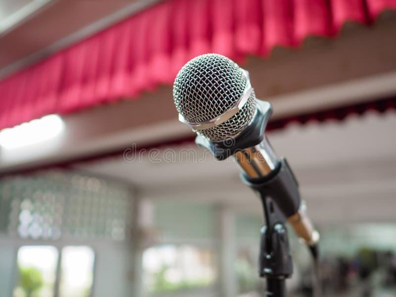 Mikrofon på etapp mot en bakgrund av salongen arkivbild