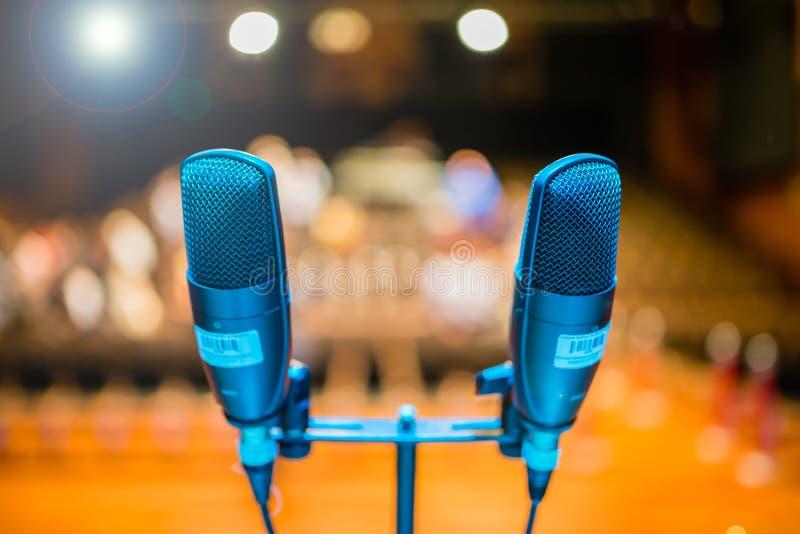 Mikrofon på etapp mot en bakgrund av salongen arkivfoto