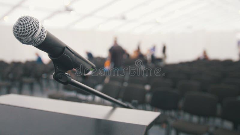 Mikrofon på etappen i väntande på kapaciteter för salong, slut upp royaltyfri foto