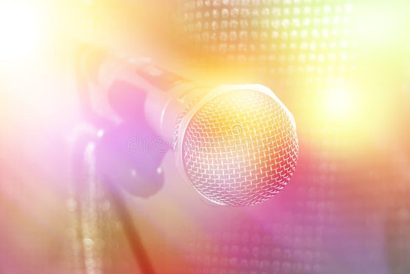 Mikrofon på etappshow med färgglade ljus arkivbild