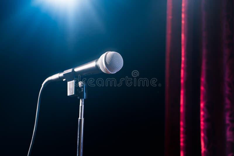 Mikrofon på för ställning en komedietapp upp med reflektorstrålen, bild för hög kontrast fotografering för bildbyråer