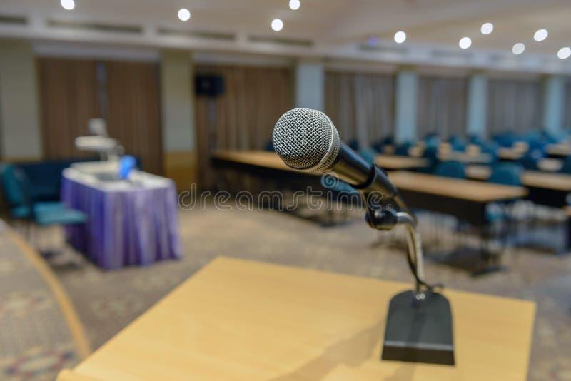 Mikrofon på podium royaltyfri foto
