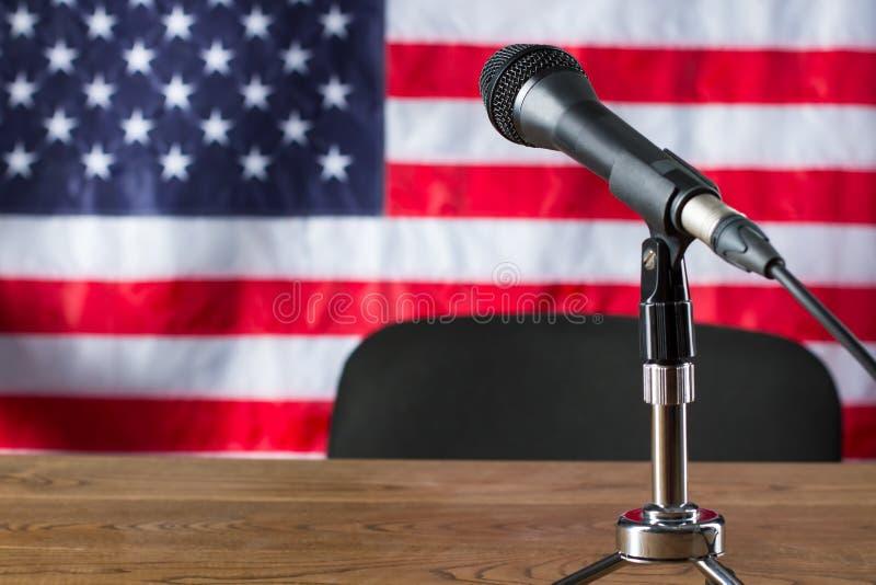 Mikrofon på USA flaggabakgrund royaltyfri foto