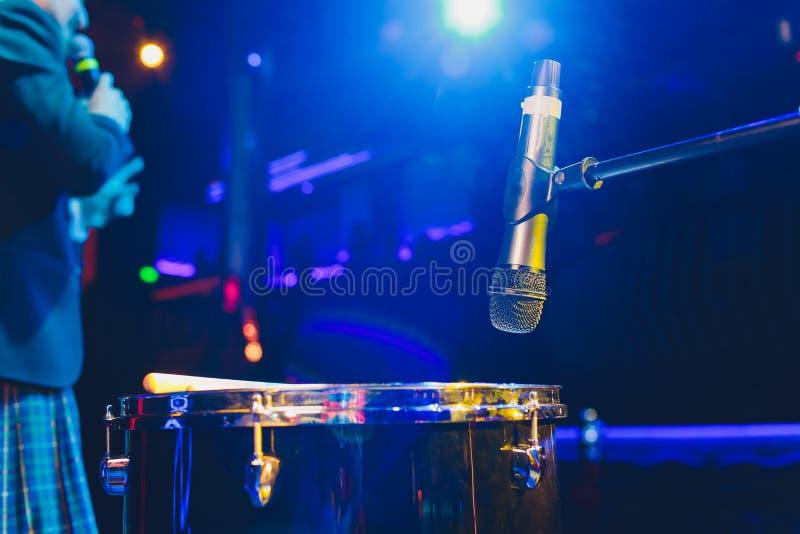 Mikrofon p? etapp mot en bakgrund av salongen fotografering för bildbyråer