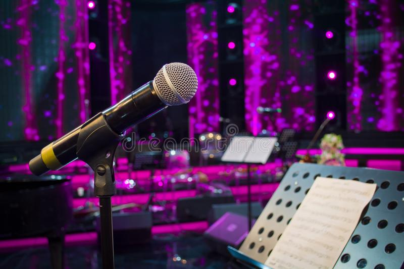 Mikrofon przeciw i muzyczne notatki obrazy stock