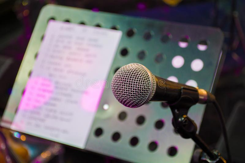 Mikrofon przeciw i muzyczne notatki zamazujemy kolorowego fotografia stock