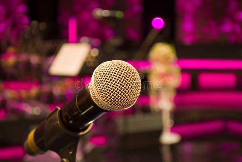 Mikrofon przeciw i muzyczne notatki zamazujemy kolorowego lekkiego backgroun zdjęcia royalty free