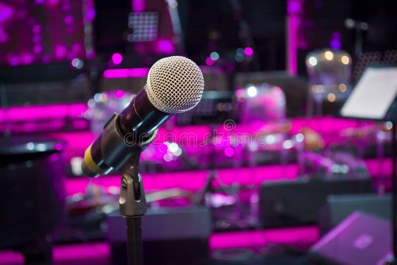 Mikrofon przeciw i muzyczne notatki zamazujemy kolorowego lekkiego backgroun obrazy stock