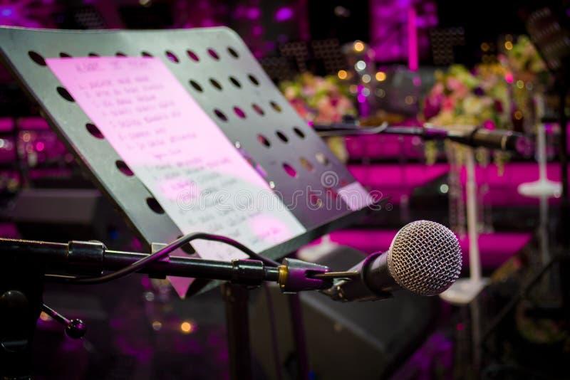 Mikrofon przeciw i muzyczne notatki zamazujemy kolorowego lekkiego backgroun zdjęcie stock