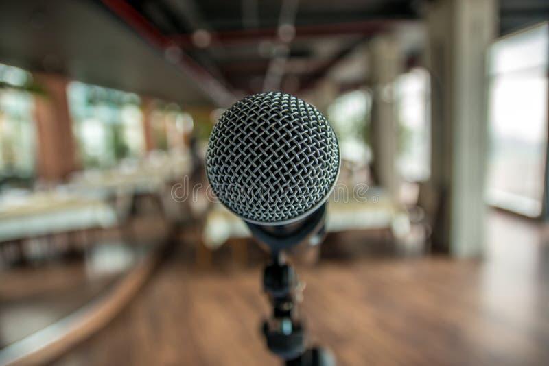 Mikrofon przeciw plamy kolorowemu lekkiemu restauracyjnemu tłu zdjęcia stock