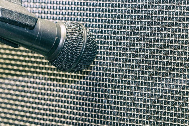 Mikrofon przed futrówką mówca fotografia stock