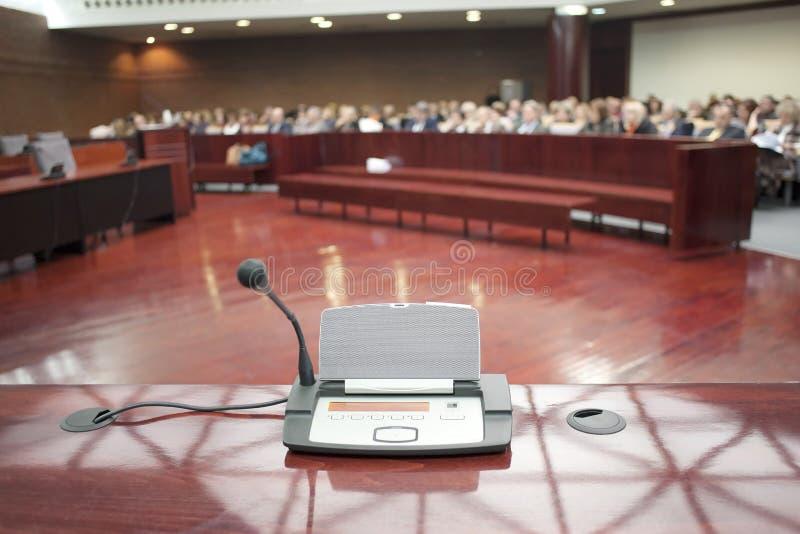 Mikrofon przy wniesieniem oskarżenia fotografia stock