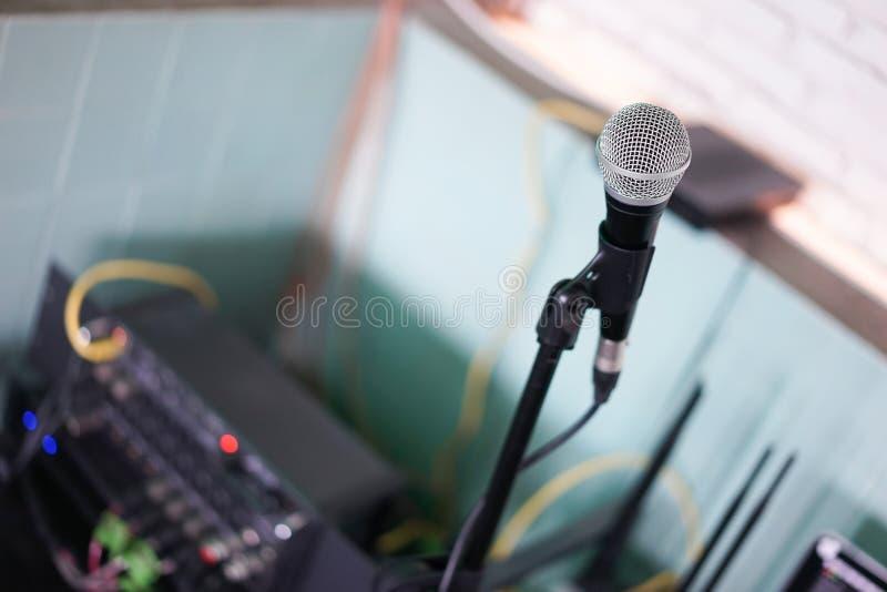 Mikrofon A schloss herauf Details und Weichzeichnung eines Mikrofons mit abstraktem unscharfem Hintergrund der Backsteinmauer und stockbild