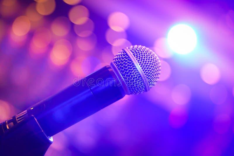 Mikrofon umgeben durch Licht lizenzfreie stockfotografie