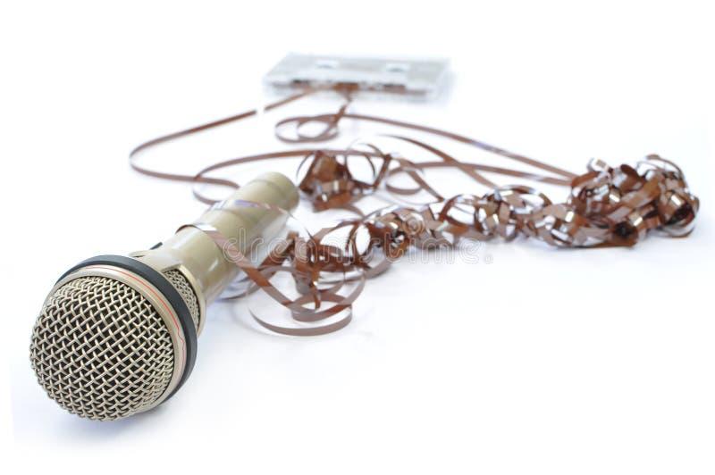 Mikrofon und abgewickeltes Band stockfotografie