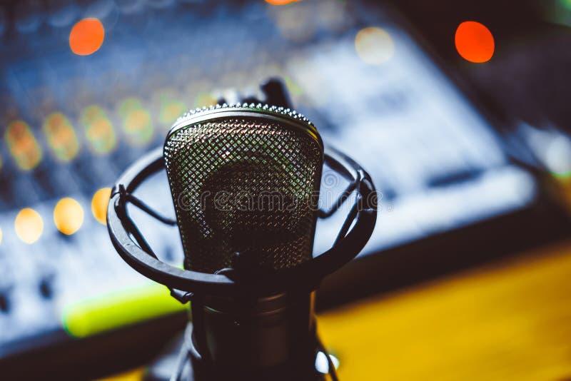 Mikrofon und mischende Konsole stockbild