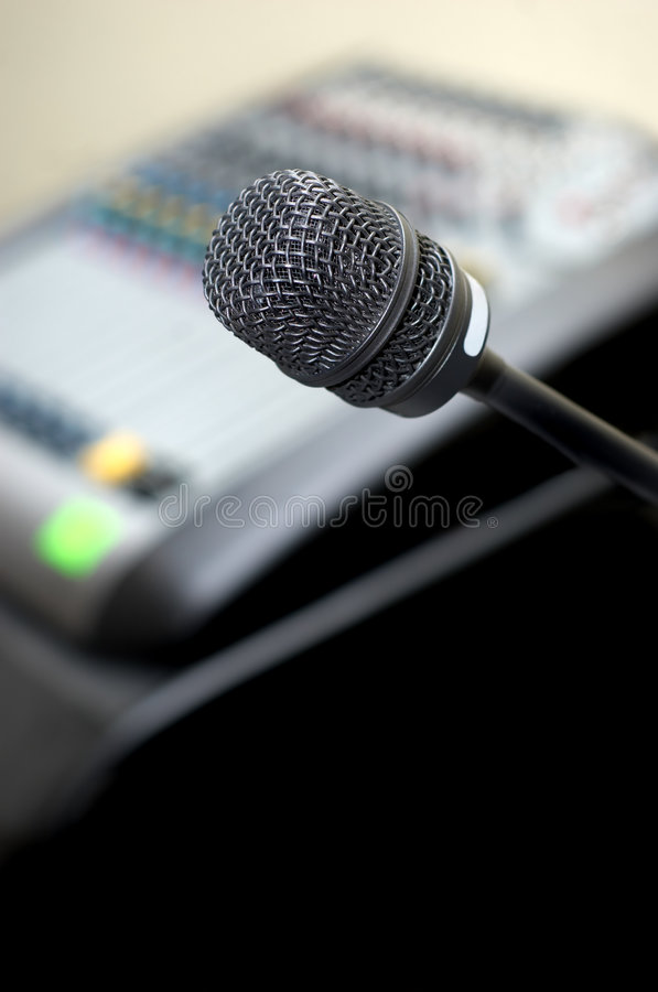 Mikrofon und stichhaltiger Mischer lizenzfreie stockfotos