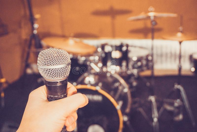 Mikrofon w ręce w studiu obraz royalty free