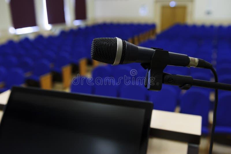 Mikrofon w sala konferencyjnej fotografia royalty free
