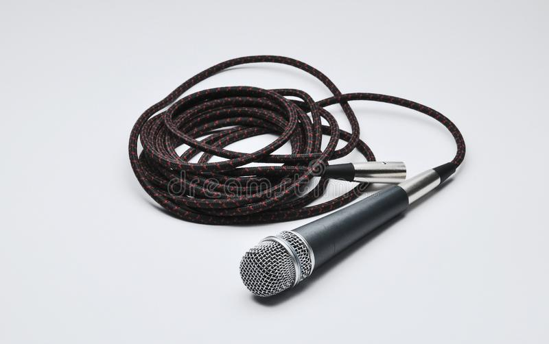 Mikrofon z kablem odizolowywającym na białym tle kosmos kopii zdjęcie royalty free
