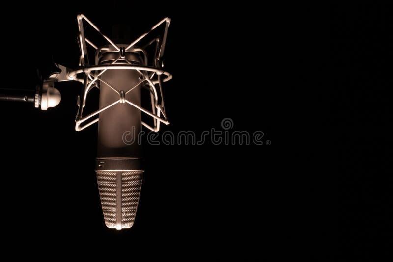 Mikrofondetail in der Musik und im soliden Tonstudio, schwarzer Hintergrund, Nahaufnahme stockfoto