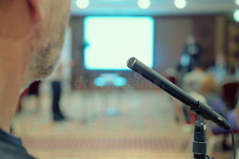 Mikrofonen plattforer i en konferens Hall. royaltyfria bilder