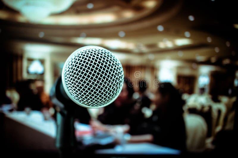 Mikrofoner på främre etapp i seminariumrum, för talande anförande I royaltyfri fotografi