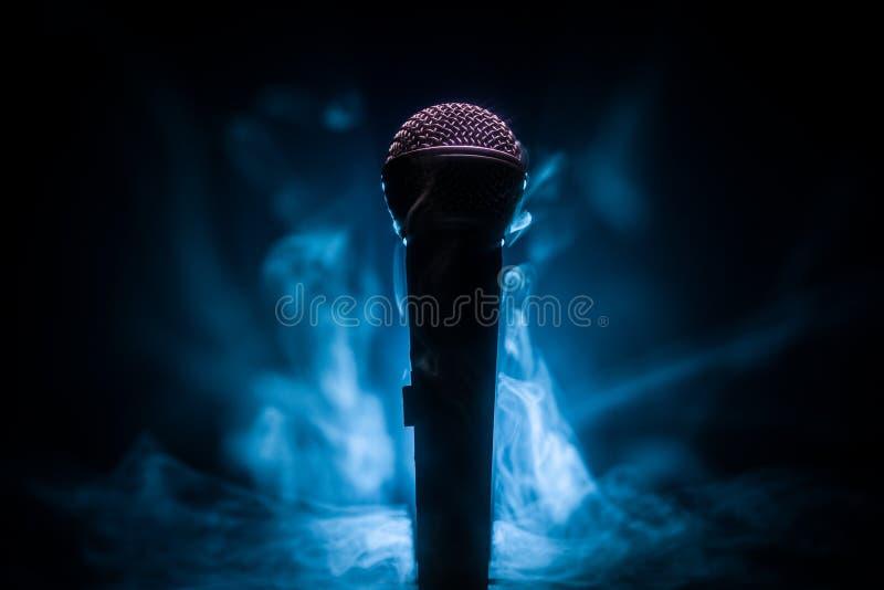 Mikrofonkaraoke, konsert R?st- ljudsignal mic i l?gt ljus med suddig bakgrund Levande musik, ljudutrustning Karaokekonsert, royaltyfria bilder