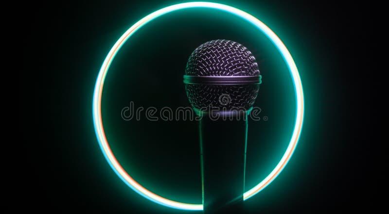 Mikrofonkaraoke, konsert R?st- ljudsignal mic i l?gt ljus med suddig bakgrund Levande musik, ljudutrustning Karaokekonsert, arkivfoto