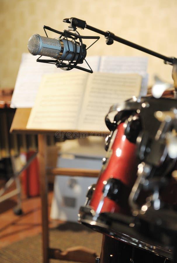mikrofonmusikalstudio arkivbild