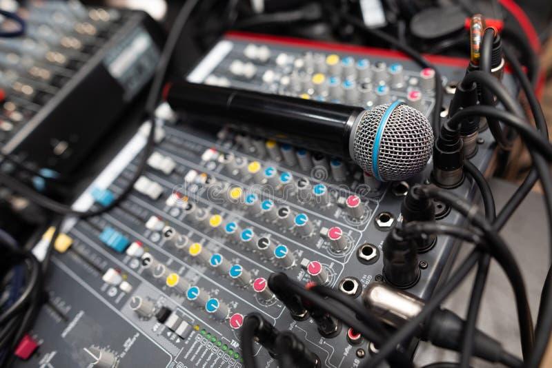 Mikrofonnahaufnahme auf dem Discoclub lizenzfreie stockbilder