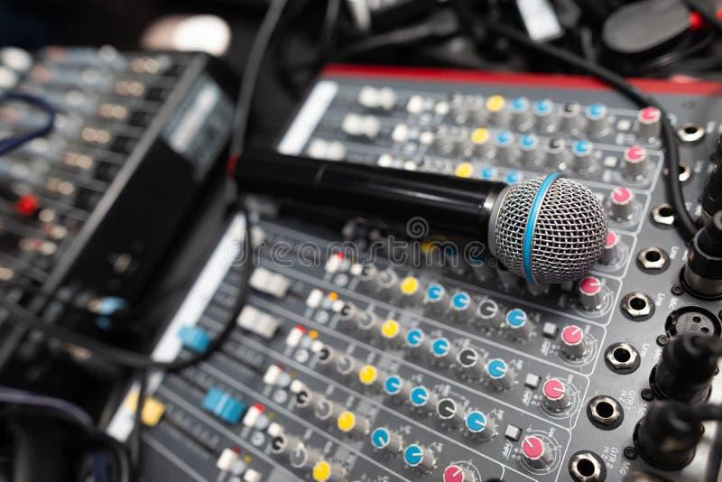 Mikrofonnahaufnahme auf dem Discoclub lizenzfreie stockfotos
