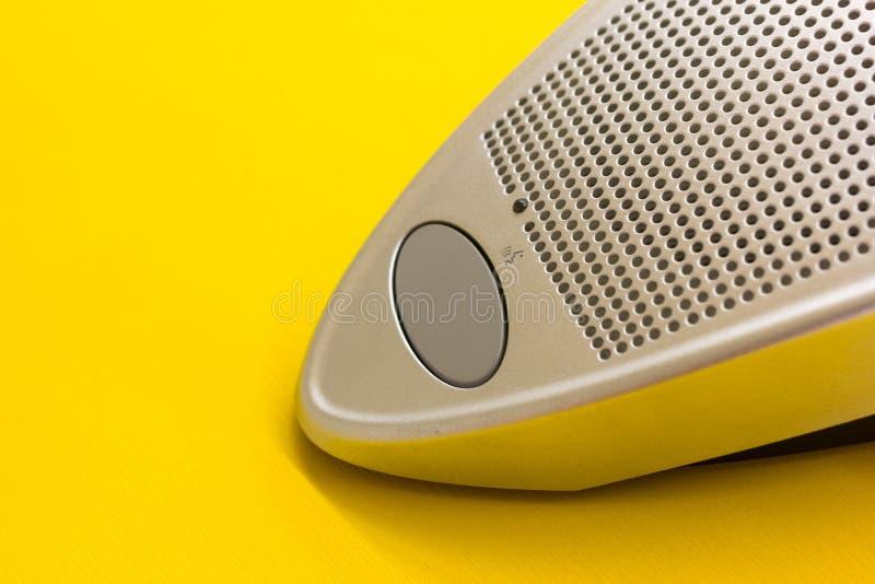 Mikrofonu głośnikowy guzik na żółtym stole zdjęcia stock