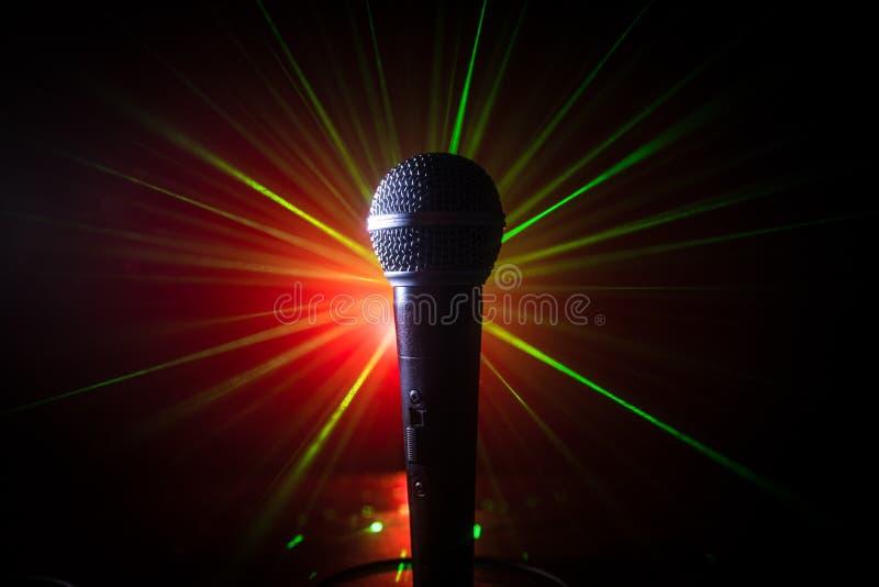 Mikrofonu karaoke, koncert Wokalnie audio mic w niskim ?wietle z zamazanym t?em Muzyka na ?ywo, audio wyposa?enie Karaoke koncert obrazy stock