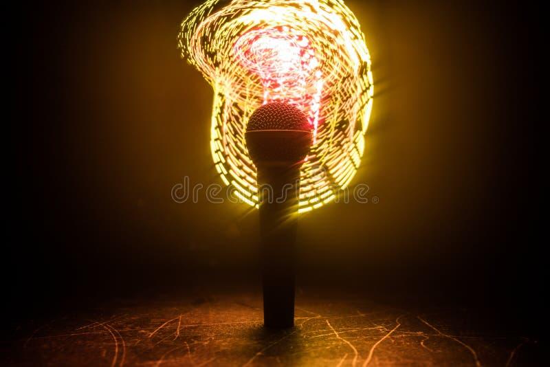 Mikrofonu karaoke, koncert Wokalnie audio mic w niskim ?wietle z zamazanym t?em Muzyka na ?ywo, audio wyposa?enie Karaoke koncert zdjęcie stock