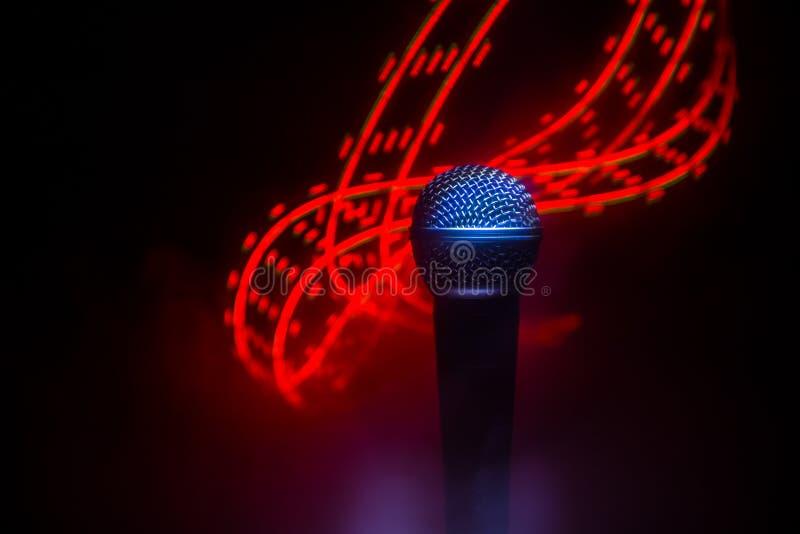 Mikrofonu karaoke, koncert Wokalnie audio mic w niskim ?wietle z zamazanym t?em Muzyka na ?ywo, audio wyposa?enie Karaoke koncert zdjęcia royalty free