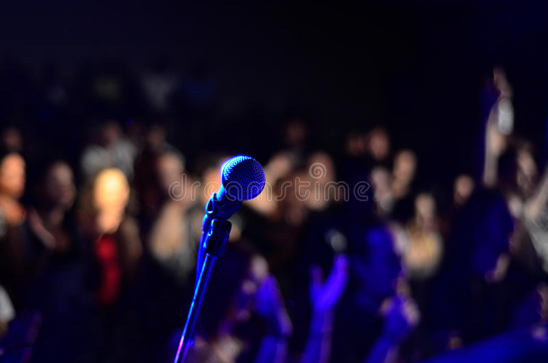 Mikrofonu piosenkarz obrazy stock