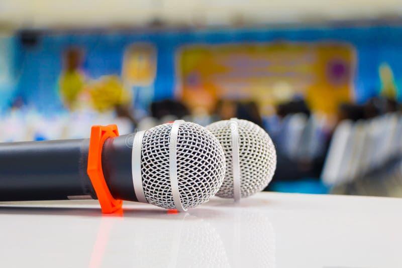 mikrofonu radio dwa Zamknięty up w konferencyjnym seminaryjnym pokoju z kopii przestrzenią dodaje tekst: Wybrana ostrość z płytką obraz stock