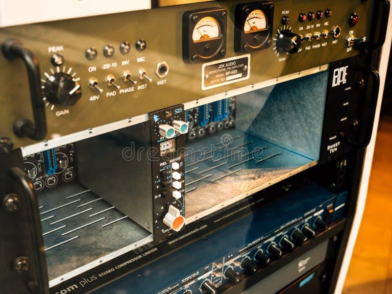 Mikrofonvorverstärker im Musiktonstudio lizenzfreies stockbild