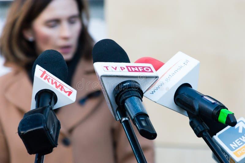 Mikrofony od różnej agencji prasowej umieszczającej dla konferencji prasowej Trwam, TVP informacja, Gdansk pl zdjęcia stock