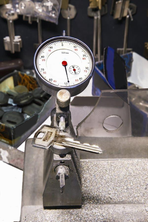 Mikrometer och tangent i ett låssmedseminarium royaltyfri foto