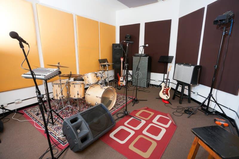 Mikrophone und Musikinstrument im Studio lizenzfreie stockfotos