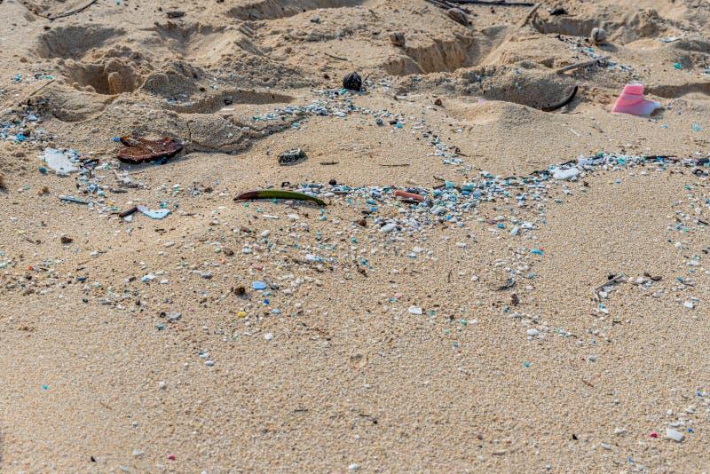 Mikroplastisk förorening som förstör Waimanalo Beach arkivfoto