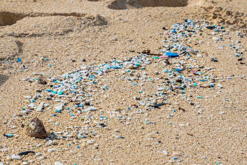 Mikroplastisk förorening som förstör Waimanalo Beach arkivbild