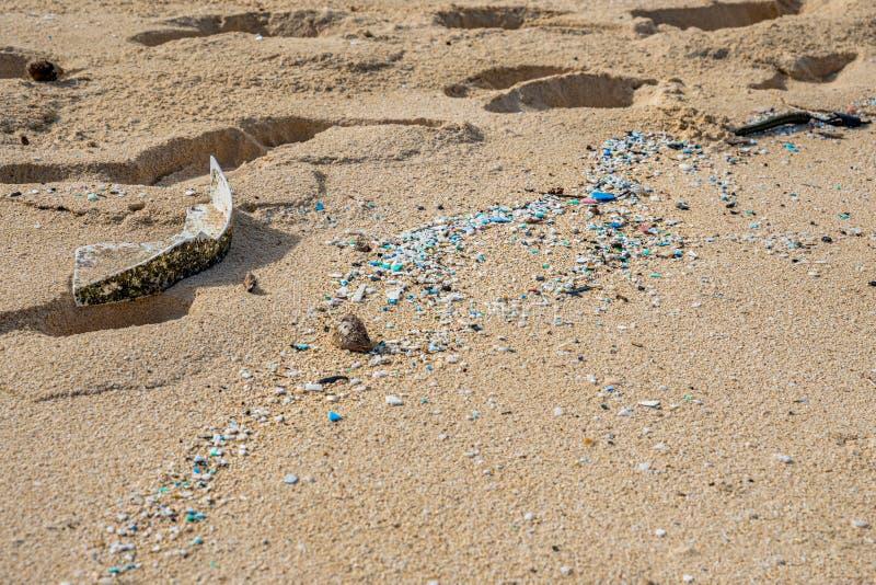 Mikroplastisk förorening som förstör Waimanalo Beach arkivfoton