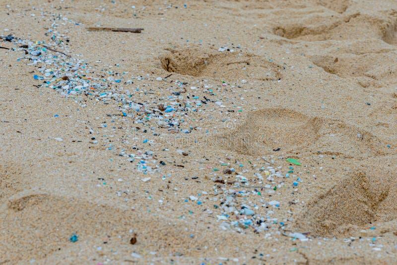 Mikroplastisk förorening som förstör Waimanalo Beach royaltyfri bild