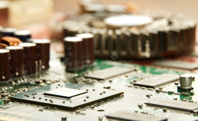 Mikroprozessor mit Motherboardhintergrund Computerbrett-Chipstromkreis Mikroelektronik-Hardware-Konzept stockfotografie