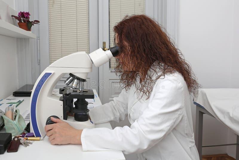 Mikroskop-Frau stockfotos
