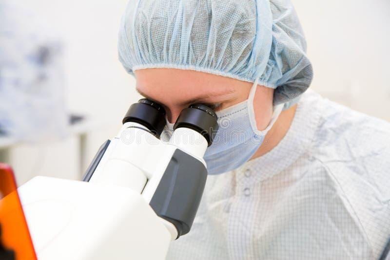 mikroskop na kobietę obraz stock